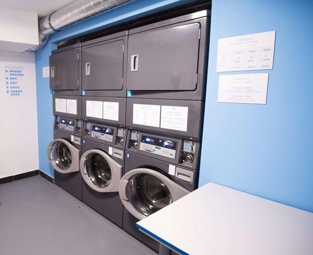 Profesionální pračky v prádelně na kolejích